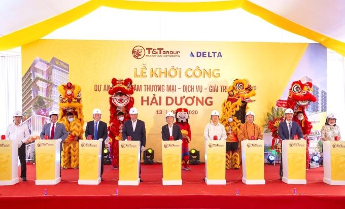 Ông Đỗ Quang Hiển, Chủ tịch HĐQT kiêm Tổng giám đốc Tập đoàn T&T Group (thứ 5 từ trái qua) bấm nút khởi công xây dựng dự án tại Hải Dương.