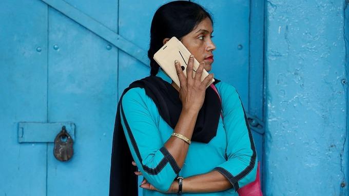 Một người dùng smartphone tại Ấn Độ. Ảnh: Reuters