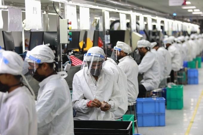 Công nhân lắp ráp điện tử trong một nhà máy ở Noida, Ấn Độ ngày 12/5. Ảnh: Reuters