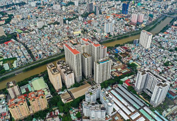 Hàng loạt cao ốc được xây dựng dọc tuyến đường ven sông tại quận 4. Ảnh: Toàn Vương.