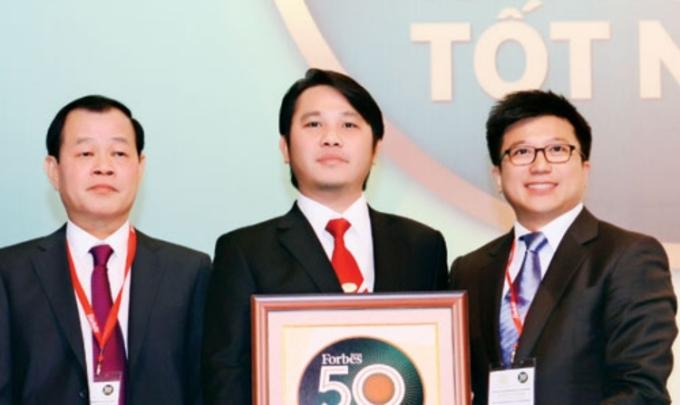 Ông Đặng Thành Duy (đứng giữa) trong một lễ vinh danh tổ chức năm 2015. Ảnh: Website Vinasun.