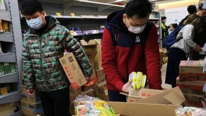 Người Hong Kong mua mỳ ăn liền tích trữ vào tháng 1/2020 khi Covid-19 bùng phát. Ảnh: Reuters