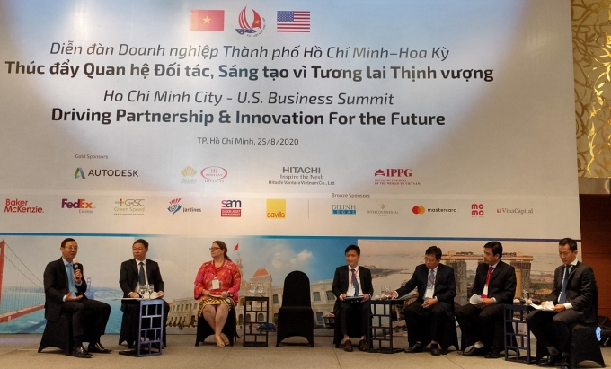Đại diện UBND TP HCM và các sở ngành tham gia thảo luận sáng ngày 25/8. Ảnh: Viễn Thông