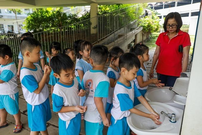 Trẻ mầm non trường Những bông hoa nhỏ (TP Biên Hòa) rửa tay phòng dịch bệnh. Ảnh:Quỳnh Trần.