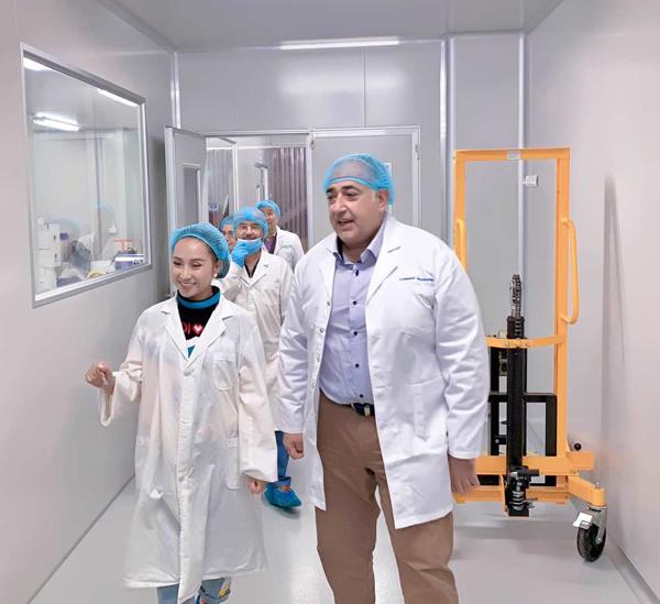Hằng Lê làm việc trực tiếp cùng chuyên gia tại nhà máy sản xuất YHL tại Australia.