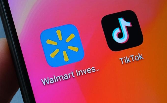 Ứng dụng của Walmart và TikTok trên điện thoại. Ảnh: PYMNTS