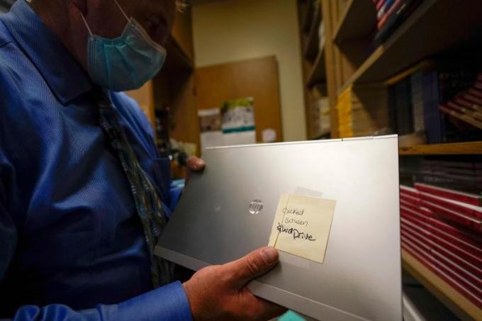 Một người quản lý thiết bị trường học đang xem laptop tại Twentynine Palms, California. Ảnh: AP
