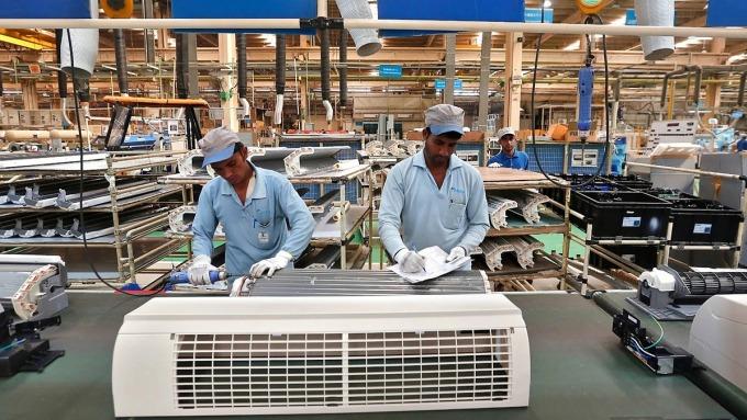 Công nhân lắp ráp máy lạnh Daikin tại một nhà máy ở Neemrana, Ấn Độ. Ảnh: Reuters