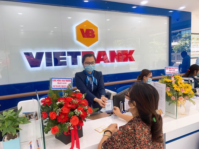Khách hàng giao dịch tại Vietbank chi nhánh Quảng Nam. Ảnh: Vietbank.