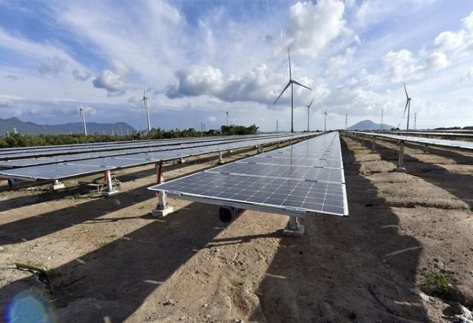 Pin mặt trời tại tổ hợp năng lượng tái tạo ở Ninh Thuận.