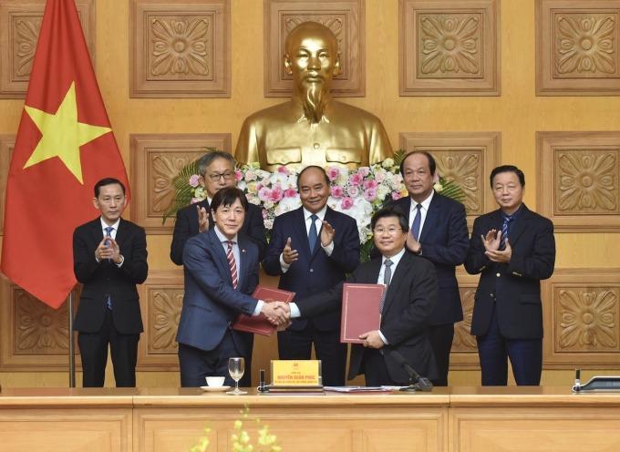 Thủ tướng chứng kiến lễ ký MOU giữa Cục Đầu tư nước ngoài Việt Nam và Jetro Nhật Bản. Ảnh: VGP.