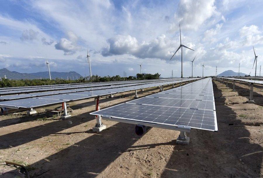 Lưới truyền tải điện khó 'đua' kịp điện mặt trời, điện gió