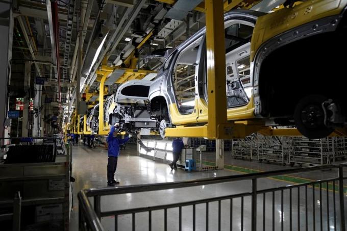 Công nhân tại một nhà máy của General Motors và đối tác Liuzhou ở Quảng Tây (Trung Quốc). Ảnh: Reuters