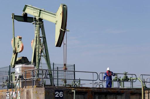 Giá dầu thô tiến sát đáy 3 tháng