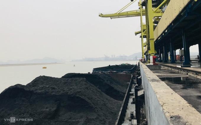 Cầu cảng nhập than của một nhà máy nhiệt điện ở Quảng Ninh. Ảnh: Hoài Thu