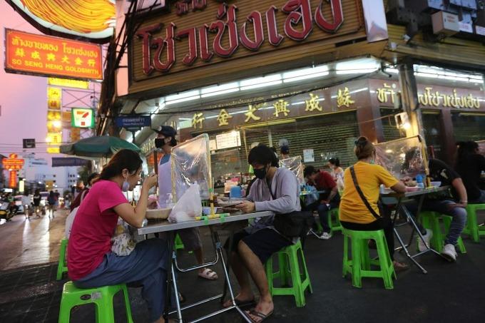 Một khu ăn uống bình dân ở đường Yaowarat, Bangkok. Ảnh: Bangkok Post