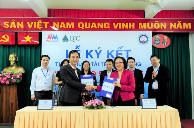 Bà Trần Kim Nga, Giám đốc đối ngoại MM (bên phải hàng trên) tại Lễ ký kết với trường Cao đẳng nghề TP HCM.