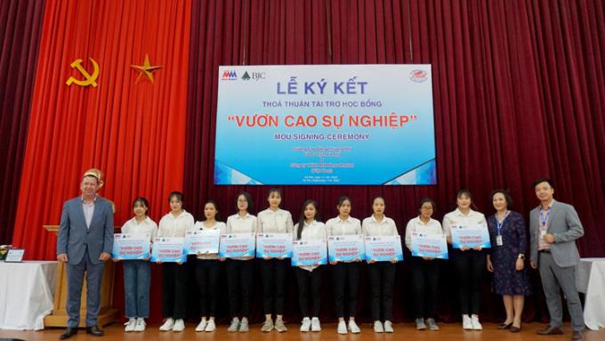Ông Bruno Jousselin, Tổng giám đốc điều hành MM Mega Market Việt Nam (ngoài cùng bên trái) trao học bổng cho các sinh viên trường Cao đẳng Thương mại và Du lịch Hà Nội.