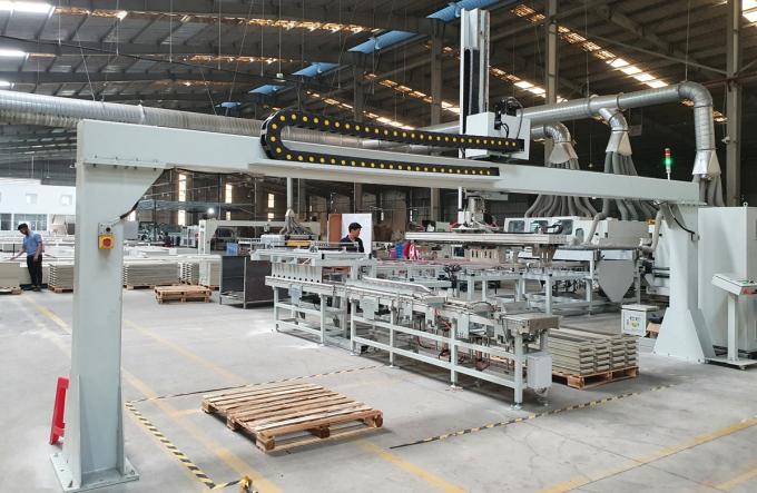 Dây chuyền sản xuất gạch nhựa hèm khóa SPC của Hoàng Gia Pha Lê.Ảnh: Anh Minh.