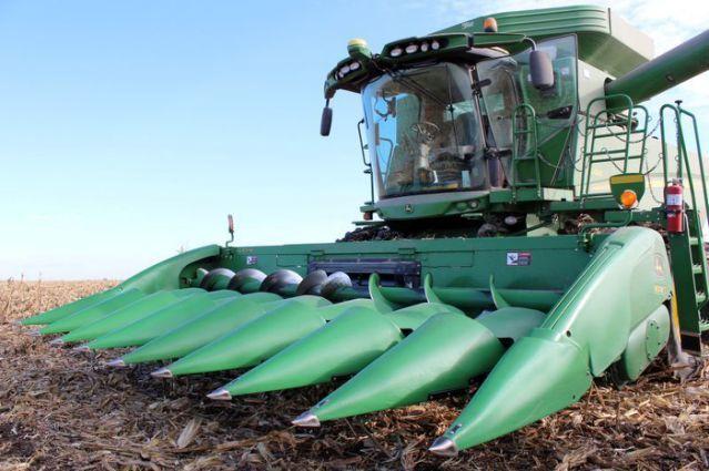 Nông dân Mỹ thu hoạch ngô tại Iowa. Ảnh: Reuters