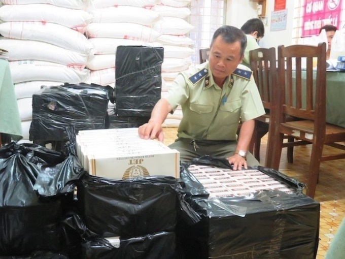 Cán bộ quản lý thị trường tỉnh Long An kiểm đếm số thuốc lá lậu được bắt giữ trên địa bàn. Ảnh: Báo Long An.