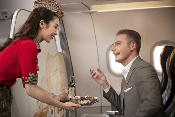 Hành khách được xếp chỗ ngồi hàng đầu, phục vụ ăn uống trong suốt chuyến bay.