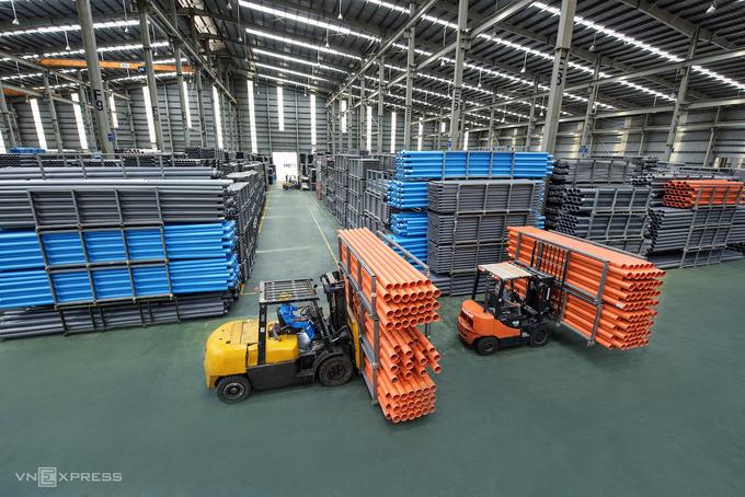 Sản xuất ống nhựa tại nhà máy của Tập đoàn Hoa Sen.Ảnh: Phương Đông.