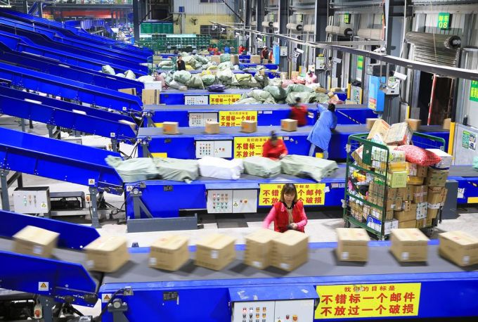 Nhân viên đang phân loại hàng tại một nhà kho của China Post. Ảnh: VCG