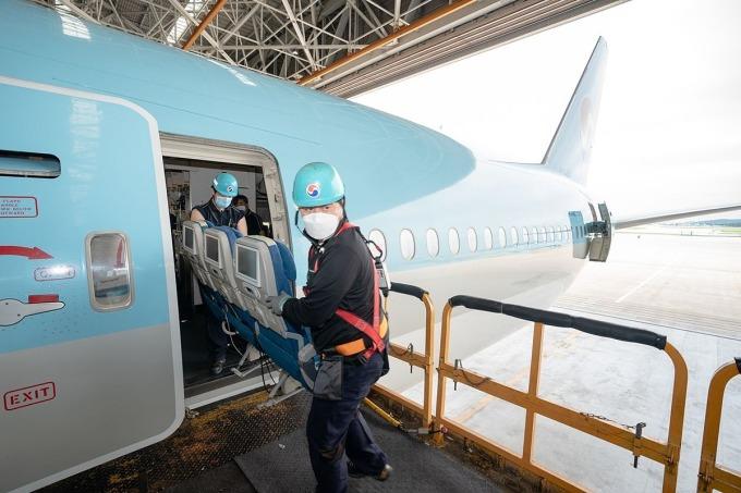Công nhân tháo ghế ngồi khỏi chiếc Boeing 777-300ER của Korean Air. Ảnh: Korean Air