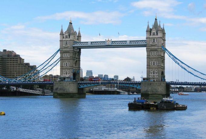 Cầu Tháp London bắc qua sông Thames.