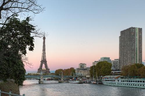 Tháp Eiffel nhìn từ sông Seine.
