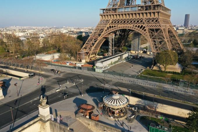 Tháp Eiffel vắng vẻ trong đợt phong tỏa hồi tháng 4. Ảnh: Reuters