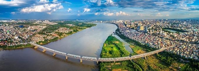 Long Biên nhìn từ bên kia sông Hồng. Ảnh: Shutterstock.