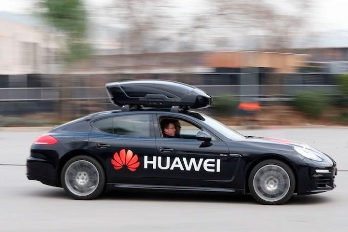 Một chiếc Porsche Panamera điều khiển bởi Huawei Mate 10 Pro tại  Mobile World Congress 2018 ở Barcelona, Tây Ban Nha. Ảnh: Caixin
