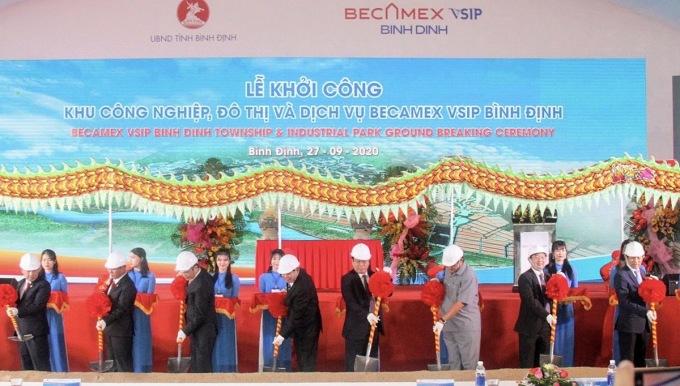 Đại diện chủ đầu tư và các đối tác thực hiện nghi thức khởi công khu công nghiệp, đô thị và dịch vụ Becamex VSIP Bình Định. Ảnh: Becamex.