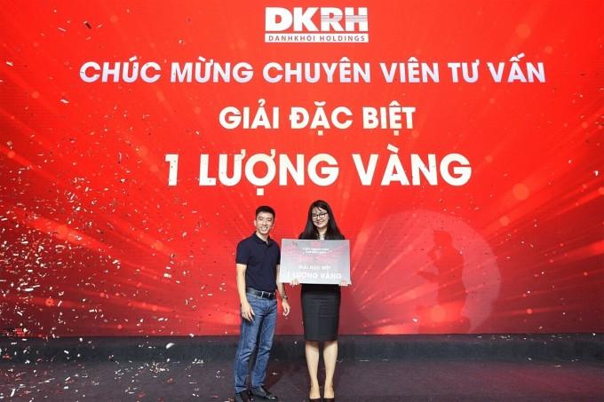 Ông Nguyễn Quốc Bảo - Phó tổng giám đốc Tập đoàn Danh Khôi trao tặng giải đặc biệt cho chuyên viên tư vấn may mắn. Ảnh: Tập đoàn Danh Khôi.