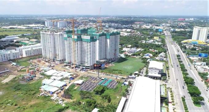 Sau 11 tháng khởi công bởi tổng thầu Coteccons, Akari City cất nóc giai đoạn một, vượt tiến độ 2 tuần dù bị ảnh hưởng bởi dịch Covid-19 và theo kế hoạch dự kiến sẽ bắt đầu bàn giao từ quý III/2021. Akari City giai đoạn một được xây dựng theo tiêu chuẩn condominium biệt lập của dòng Flora với 6 khối nhà chung cư xây dựng thành vòng khép kín, một lối ra vào để kiểm soát an ninh và tạo sự riêng tư biệt lập cho cư dân.