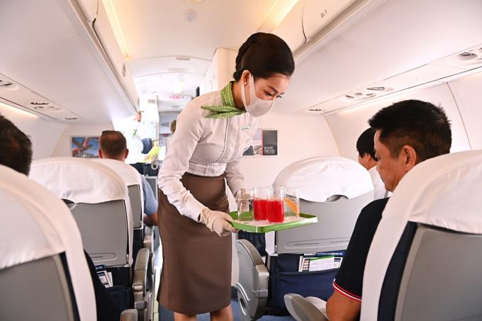 Tiếp viên phục vụ tại khoang thương gia trên máy bay.