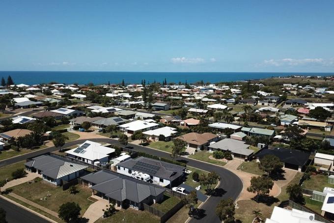 Nhiều mái nhà ở Bundaberg lắp pin mặt trời. Ảnh: Peter Row.