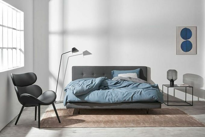 Giường Canley theo phong cách Bắc Âu nhấn nhá chút chân gỗ nhỏ được sơn mài và nút ở đầu giường giúp tô điểm cho phòng ngủ.