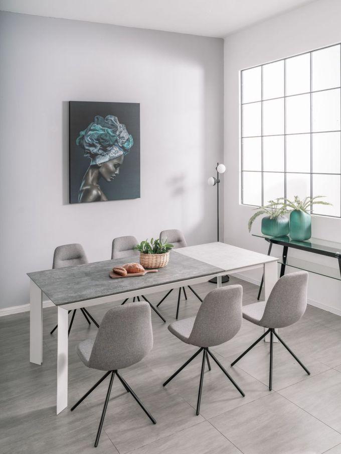 Bàn và ghế ở phòng ăn AConcept hài hòa theo tông màu xám - trắng đặc trưng của trường phái nội thất Bắc Âu.