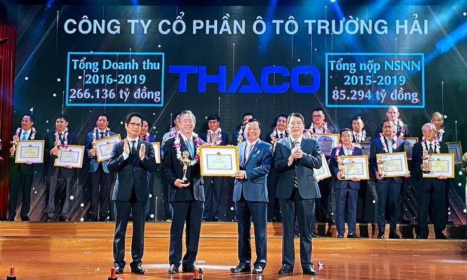 Ông Phạm Văn Tài - Tổng giám đốc Thaco (thứ hai từ trái sang) tại lễ Tôn vinh người nộp thuế tiêu biểu hôm 5/10. Ảnh: Thaco.