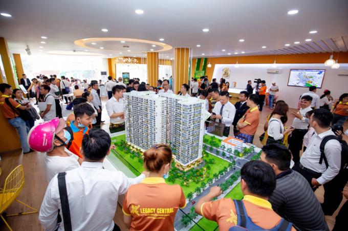 Đông đảo khách hàng tham quan căn hộ mẫu dự án mới ra mắt tại thành phố Thuận An