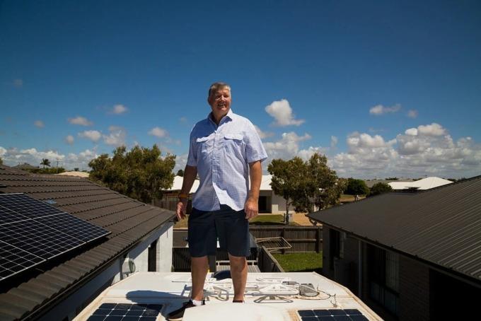 Peter Row đứng trên mái nhà của ông tại Bundaberg. Ảnh: NYT