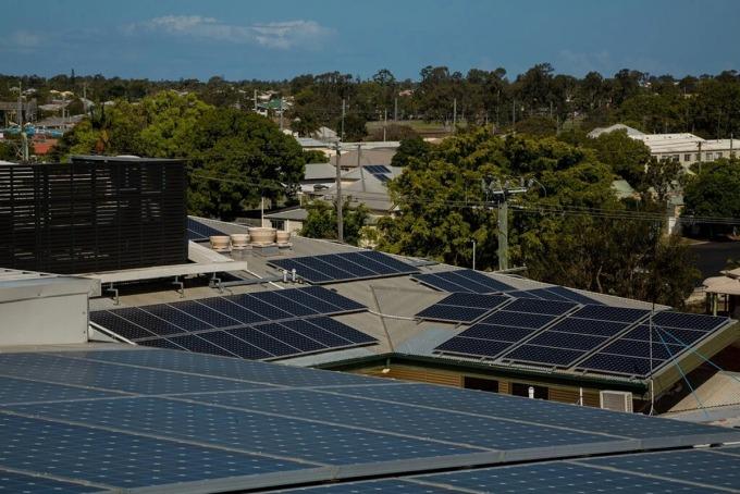 Các tấm pin mặt trời lắp trên mái của The Friendly Society Private Hospital tại Bundaberg, Australia. Ảnh: NYT