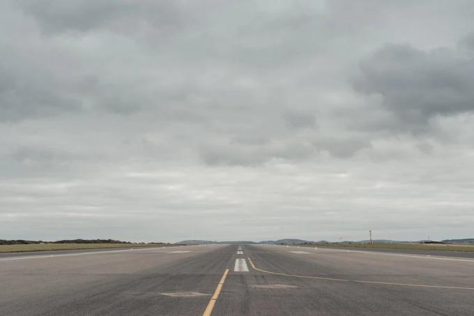 Đường băng của sân bay Cornwall ở Newquay, nơi chiếc Boieng 747 của Oirgin Orbit cất và hạ cánh để phóng vệ tinh. Ảnh: NYT