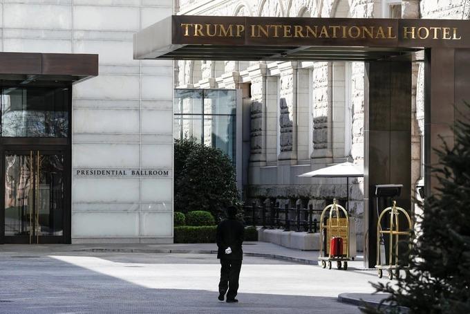 Lối vào khách sạn Trump International ở Washington hôm 16/3.Ảnh: Reuters
