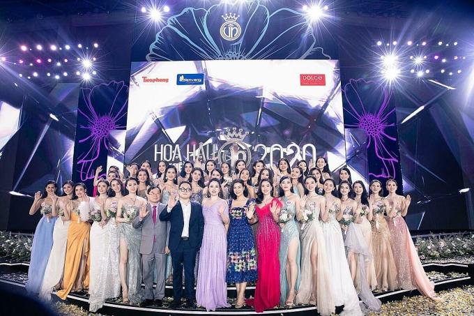 Hoa hậu Doanh nhân Xuân Hương cùng đại diện BTC và các thí sinh Hoa hậu Việt Nam 2020 - Ảnh: Mạnh Toàn