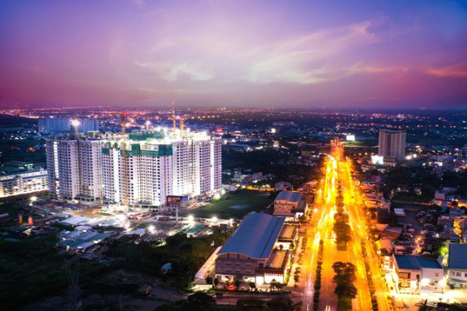 Thành phố ánh sáng - Akari City sáng bừng trong đêm bên đại lộ Võ Văn Kiệt, Q. Bình Tân