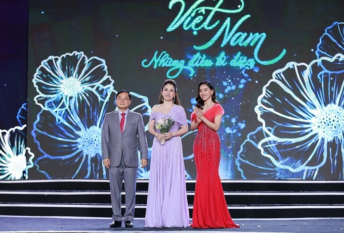 Cố vấn sắc đẹp Xuân Hương cùng ông Lê Xuân Sơn (Trưởng BTC) và bà Phạm Kim Dung (phó BTC) cuộc thi - Ảnh: Mạnh Toàn